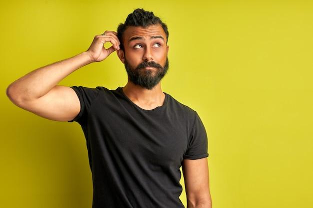 Jonge arabische knappe man verwarren en vraagt zich af over de vraag