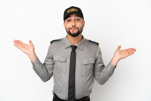 Jonge arabische man geïsoleerd op een witte achtergrond die twijfels heeft terwijl hij zijn handen opsteekt