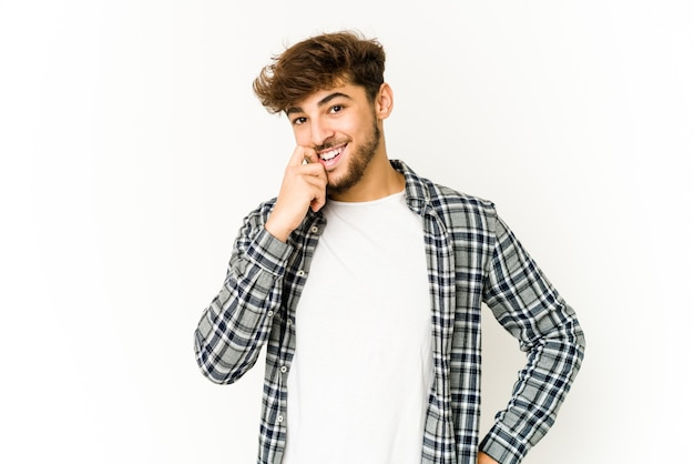 Jonge arabische man op witte achtergrond ontspannen denken aan iets kijken naar een kopie ruimte.