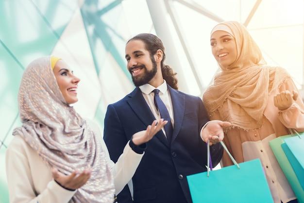 Jonge arabische mensen winkelen in moderne winkelcentrum