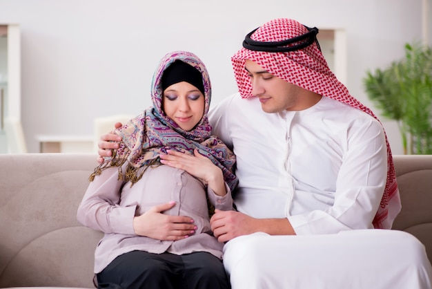 Jonge arabische moslimfamilie met zwangere vrouw die baby verwacht