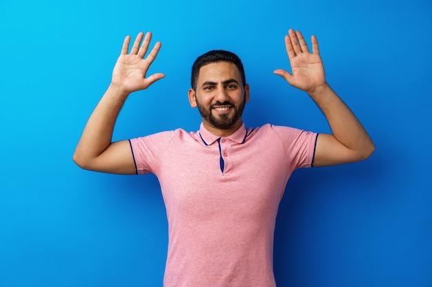 Jonge arabische succesvolle man viert triomf in studio
