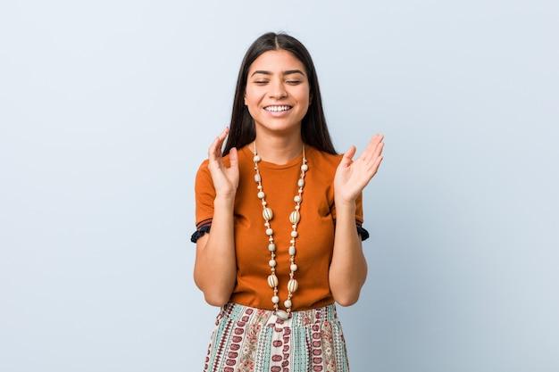 Jonge arabische vrouw blij lachen veel. geluk .