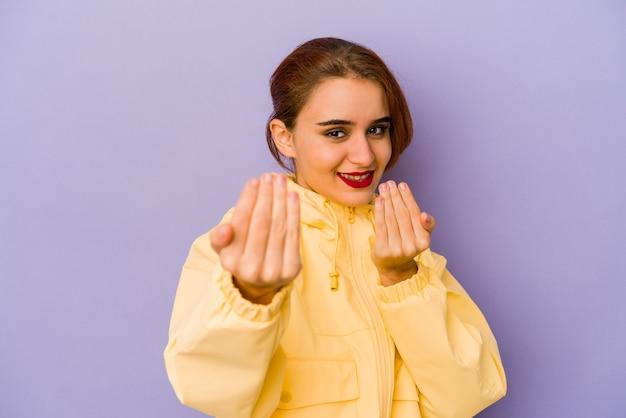 Jonge arabische vrouw wijzend met de vinger naar je alsof ze dichterbij komen