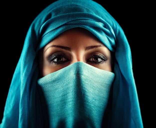 Jonge arabische vrouw.
