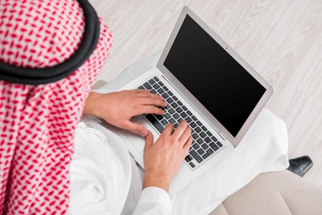 Jonge arabische zakenman in bedrijfsconcept