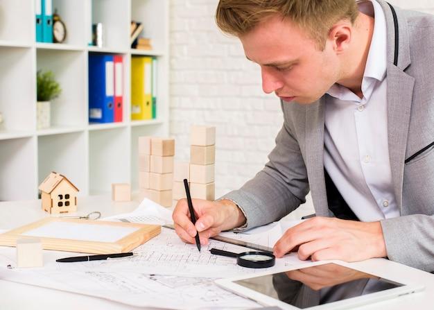 Jonge architect die een plan ontwikkelt
