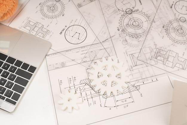 Jonge architect die hard aan een nieuw project en een concept werkt