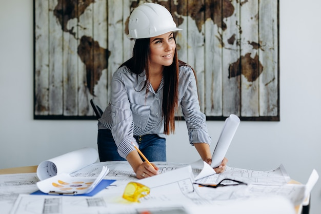 Jonge architect die in bureau aan nieuw project werkt