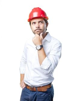 Jonge architect die over witte achtergrond werkt