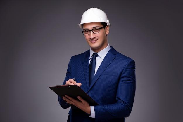 Jonge architect in industrieel concept