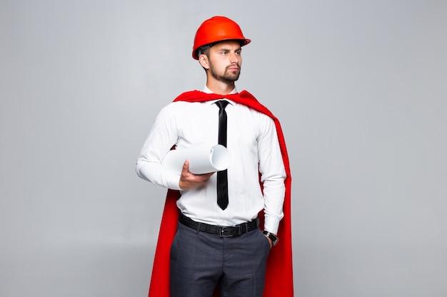 Jonge architect met blanco en hemlet ziet eruit als superheld geïsoleerd op een witte achtergrond