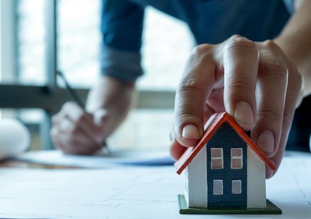 Jonge architecten werken aan een huisplan