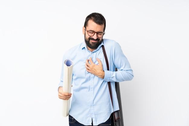 Jonge architectenmens met baard over geïsoleerd hebbend een pijn in het hart