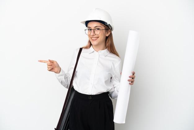 Jonge architectenvrouw met helm en geïsoleerdet blauwdrukken houden
