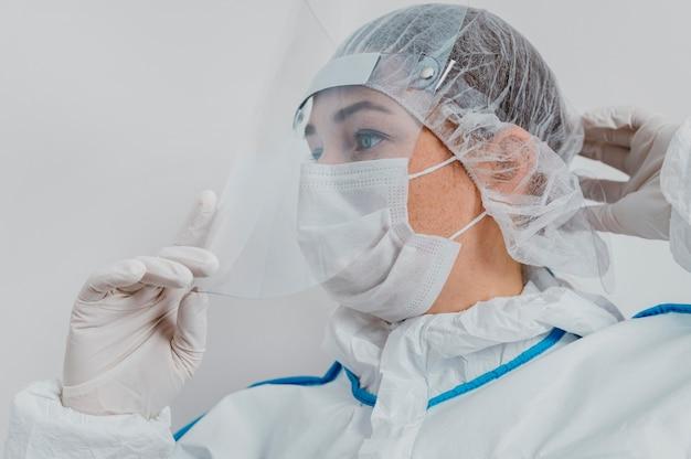 Jonge arts die een medisch masker draagt