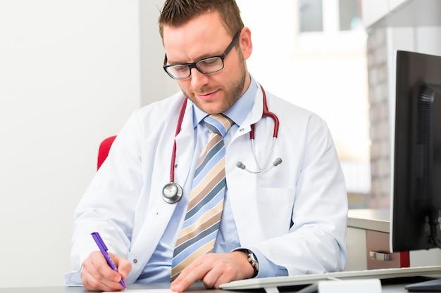 Jonge arts die medisch voorschrift schrijft