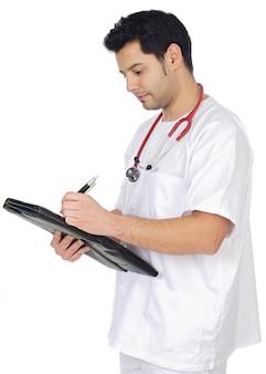 Jonge arts die nota's in een notitieboekje a over witte achtergrond neemt
