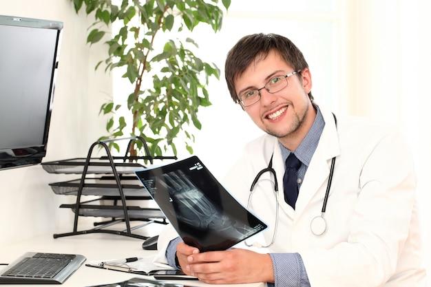 Jonge arts die röntgenstraal bekijkt