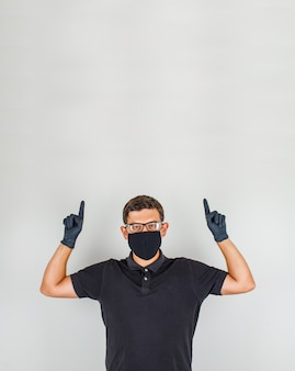 Jonge arts die vingers in zwart poloshirt benadrukken