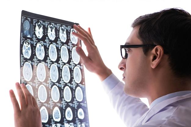 Jonge arts die x-ray beeld van de computertomografie bekijkt