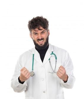 Jonge arts met baard die een wit uniform draagt