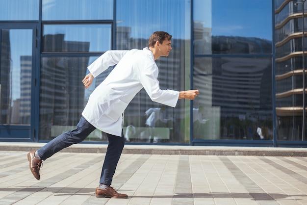 Jonge artsen haasten zich naar een noodoproep. concept van gezondheidsbescherming.