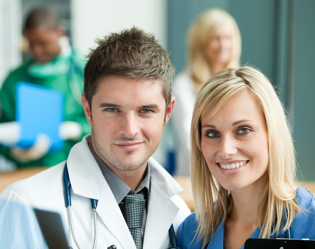 Jonge artsen in het ziekenhuis