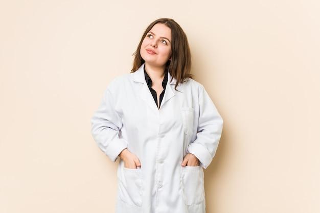 Jonge artsenvrouw die droomt van het bereiken van doelen en doeleinden