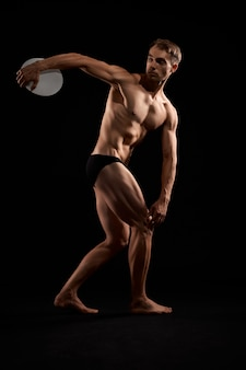 Jonge atleet discus gooien.