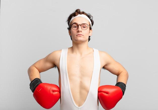 Jonge atleet viert succesvol een overwinning in boksen