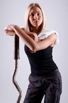 Jonge atletenvrouw met oefeningsstaaf