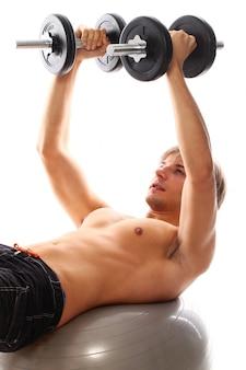 Jonge atletische man met halters