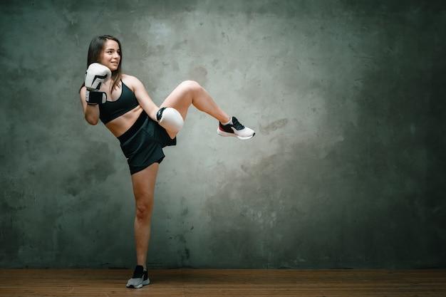 Jonge atletische vrouw bokser in korte broek