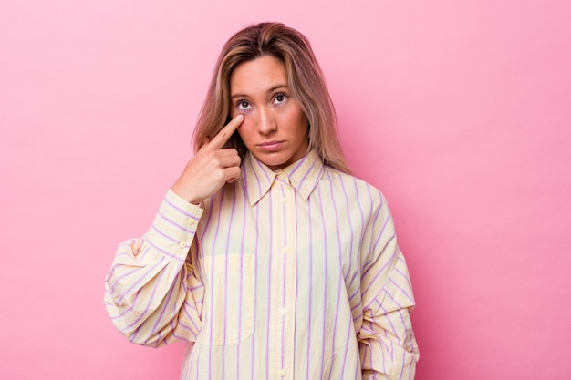 Jonge australische vrouw geïsoleerd huilen, ongelukkig met iets, pijn en verwarring concept.