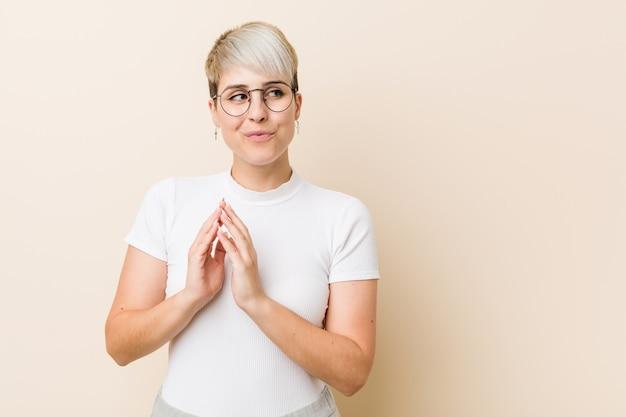 Jonge authentieke natuurlijke vrouw die een wit overhemd draagt dat plan opmaakt, die een idee opzet.