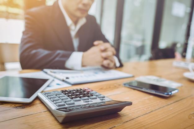 Jonge aziatische accountantszakenman die met financiële rekening werken.