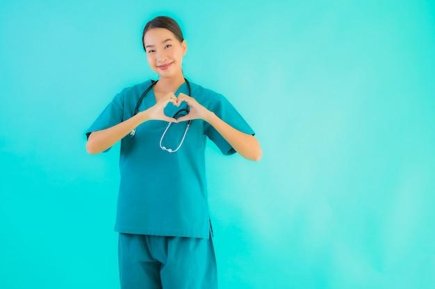 Jonge aziatische arts vrouw die lacht