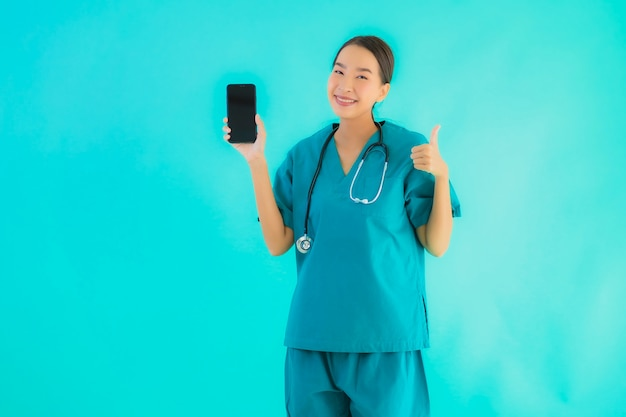Jonge aziatische arts vrouw toont slimme mobiele telefoon