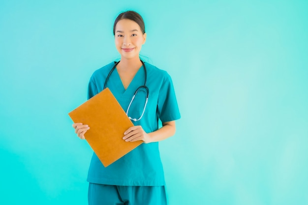 Jonge aziatische artsenvrouw met leeg karton