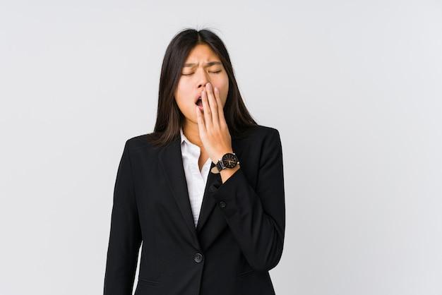 Jonge aziatische bedrijfsvrouw geeuw tonend een vermoeid gebaar die mond behandelen met hand.