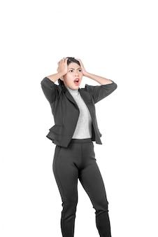 Jonge aziatische bedrijfsvrouw met geschokte gelaatsuitdrukking