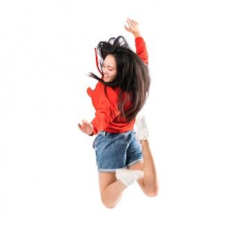Jonge aziatische danser over geïsoleerde witte muur