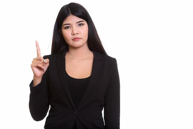 Jonge aziatische die vrouw op wit wordt geïsoleerd