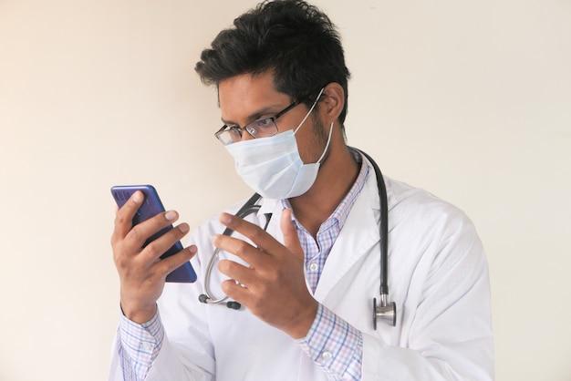 Jonge aziatische dokter praten met slimme camera in videochat.