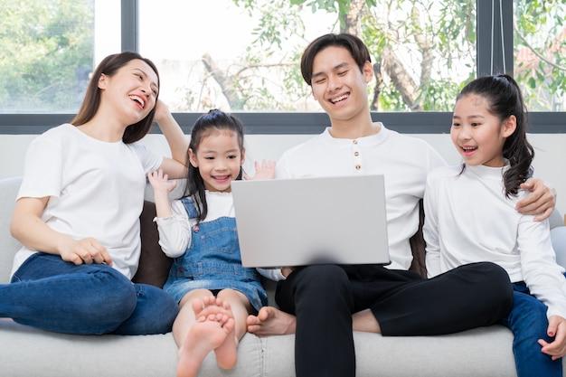 Jonge aziatische familie vermaakt zich thuis in vrije tijd