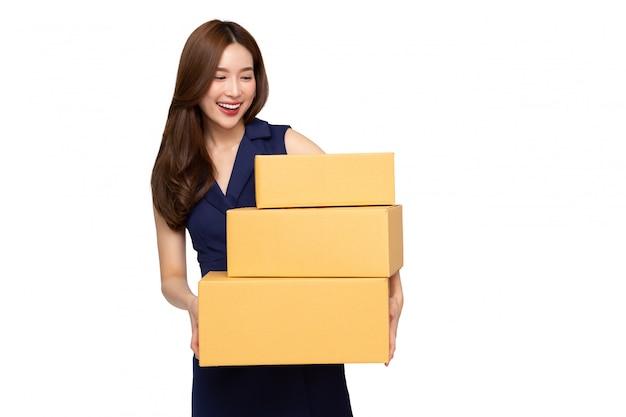 Jonge aziatische het pakketdoos van de vrouwenholding die op witte achtergrond, leveringskoerier en lijndienstconcept wordt geïsoleerd