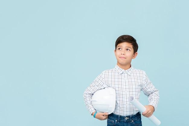 Jonge aziatische jongen die toekomstige ingenieur streeft te zijn