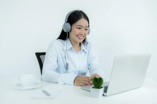 Jonge aziatische leraren leren online plezier vanuit hun thuiskantoor, sociaal afstandelijk onderwijsconcept tijdens covid-virusziekten.