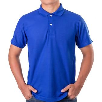 Jonge aziatische man draagt een blauwe polot-shirt